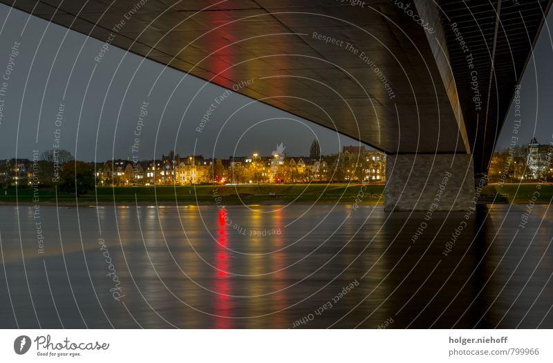 Under the Bridge Wasser Küste Fluss Rhein Düsseldorf Stadt Haus Brücke Beton ruhig Farbfoto Außenaufnahme Menschenleer Textfreiraum unten Nacht