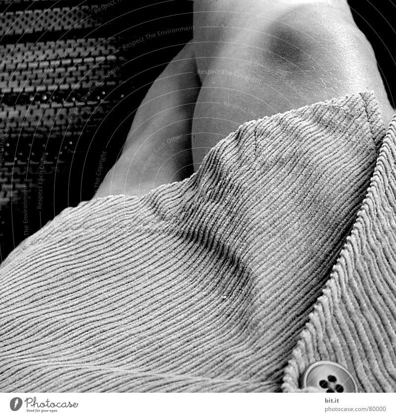 ZUGEKNÖPFT II Gelenk ruhig Kniescheibe Knöpfe geschlossen feminin grau Sommer schön Kilt Frau Schatten Holzfußboden stur Junge Frau Dame Rock 'n' Roll Makel