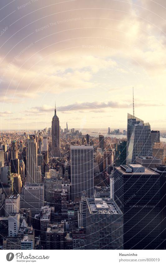 Über den Dächern Manhattan's Himmel Ferien & Urlaub & Reisen Stadt Wolken Architektur Gebäude Freiheit außergewöhnlich Business Hochhaus Tourismus Schönes Wetter USA Bankgebäude Skyline Stadtzentrum