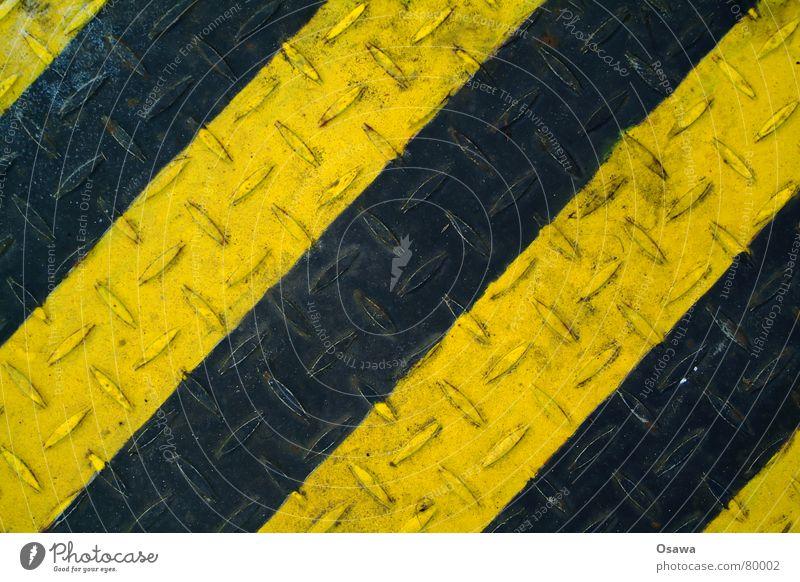 Streifen Rutschgefahr Blech gelb schwarz gestreift quer Stahl Noppe Anstrich Baustahl Altmaterial diagonal Altwaren Schrott Industrie genoppt quer durch