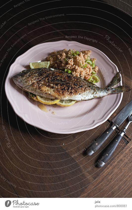 dorade Lebensmittel Fisch Getreide Dorade Ernährung Mittagessen Geschirr Teller Besteck Messer Gabel Gesunde Ernährung frisch Gesundheit lecker natürlich