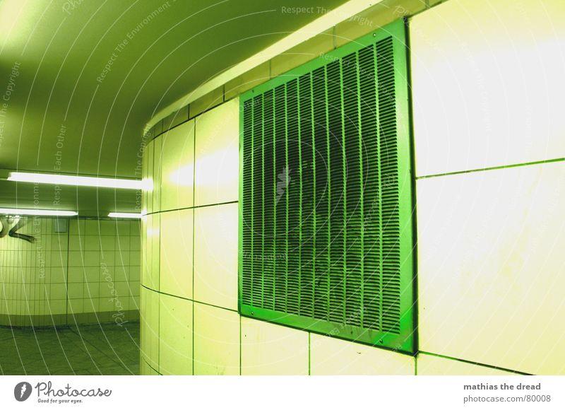 notausgang Schlitz Raum Lüftungsschacht Wand grün Gitter Abdeckung Lampe Tunnel Detailaufnahme Gang neonleucht im innern Decke Fliesen u. Kacheln Fuge durchlauf