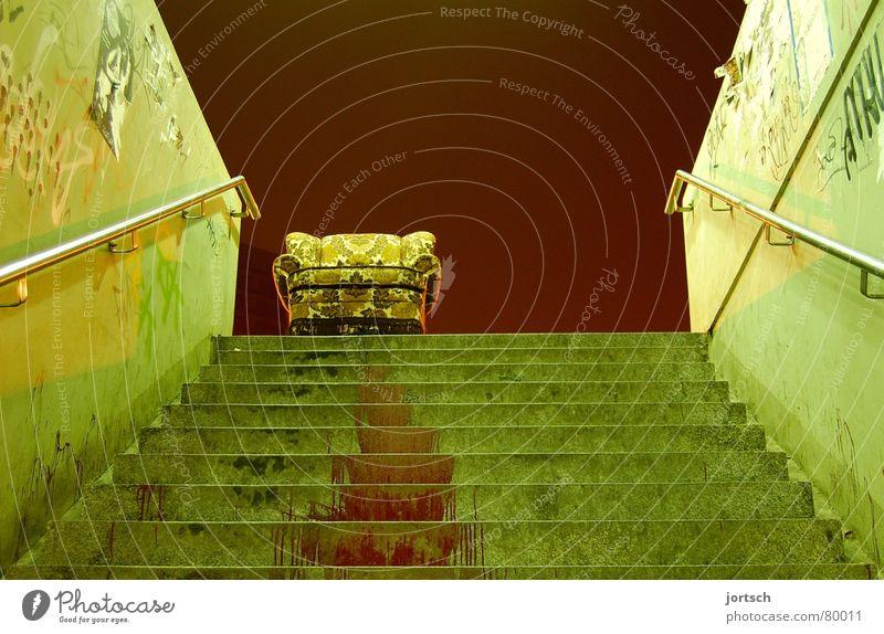 auf abwegen (quer) unten Hannover Sessel rot grün bedrohlich gefährlich aufsteigen Möbel Wohnzimmer Macht Treppe Blut Linde