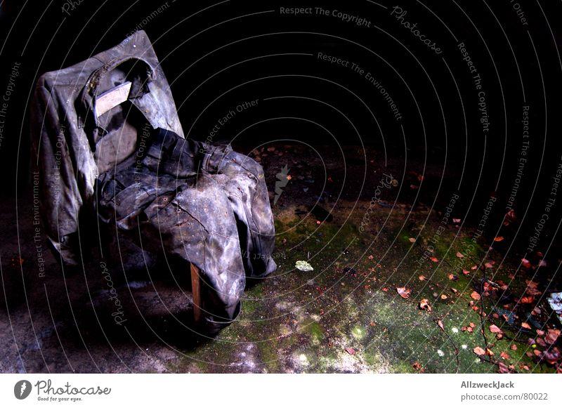 Ausgedient alt schwarz Einsamkeit Holz grau Trauer trist Stuhl Bodenbelag Frieden liegen Hose verfallen Jacke Umzug (Wohnungswechsel) Verzweiflung