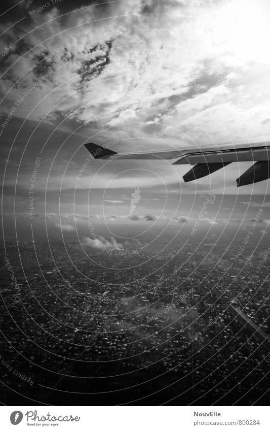 On the way, Verkehr Luftverkehr Flugzeug Passagierflugzeug Flugzeuglandung Flugzeugstart im Flugzeug Flugzeugausblick bedrohlich dunkel elegant Unendlichkeit