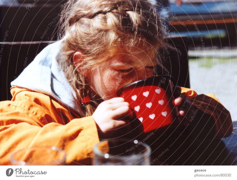 mmm, lecker... Mädchen Kind blond trinken rot Becher durstig frisch Erfrischung Porträt Außenaufnahme orange Haare & Frisuren Durst