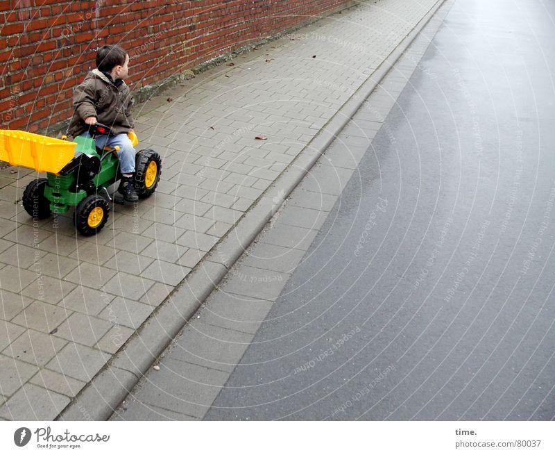 Little Trucker's Trouble Kind Ferien & Urlaub & Reisen Einsamkeit Freude Winter kalt gelb Wand Straße Wege & Pfade Junge Mauer Spielen maskulin frisch genießen