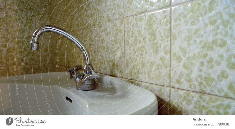 wasserhahn_01 sanitär Bad Wasserhahn Waschbecken heiß kalt Chrom Keramik Einsamkeit Körperpflege Menschenleer Sanieren hydrophob ruhig verfallen