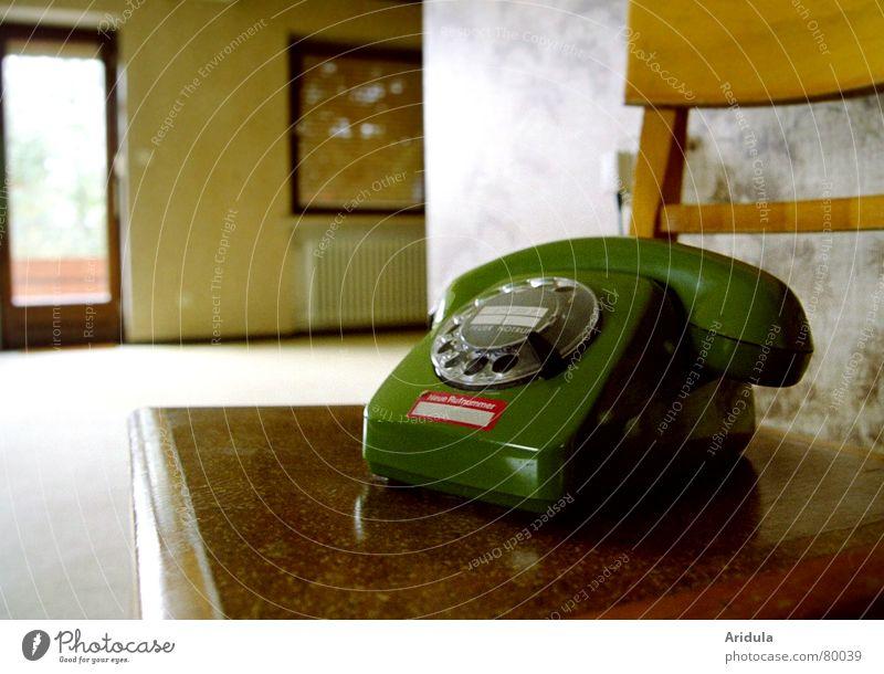 telefon_02 Telefon Wohnzimmer Drehscheibe Fenster leer Holz Trauer Rollo Einsamkeit Verständigung abgelegen Kommunikationsmittel unbenutzt Telefonhörer