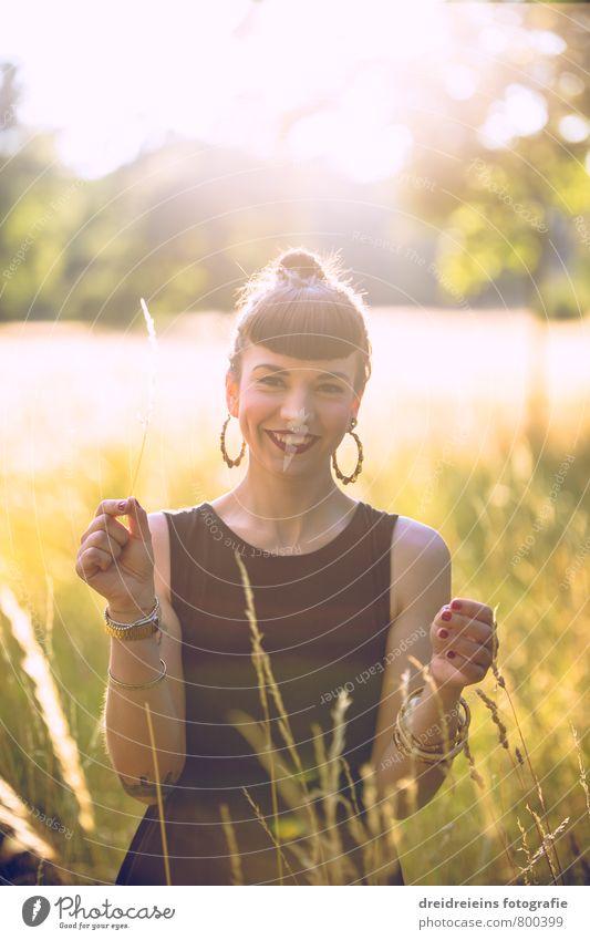 Sommerabend auf der Wiese Mensch Frau Jugendliche schön Junge Frau Freude Erwachsene Leben Wiese feminin lachen Glück Garten Park Idylle leuchten
