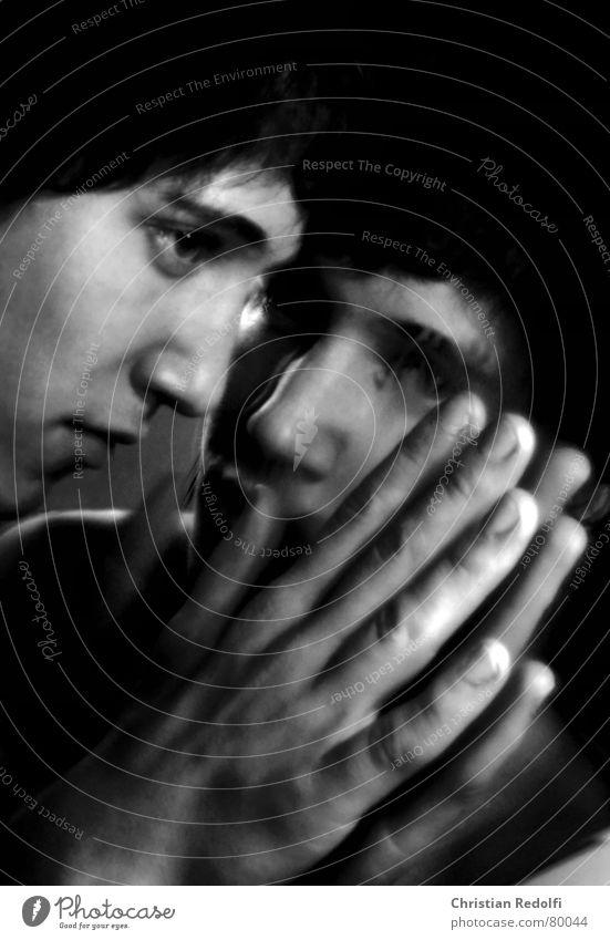 Spieglein, Spieglein an der Wand .... schwarz Gefühle Traurigkeit Denken Angst Trauer Bad berühren Verzweiflung Gedanke Selbstportrait Sorge Charakter Spiegelbild Zweifel Gefühlsausbruch