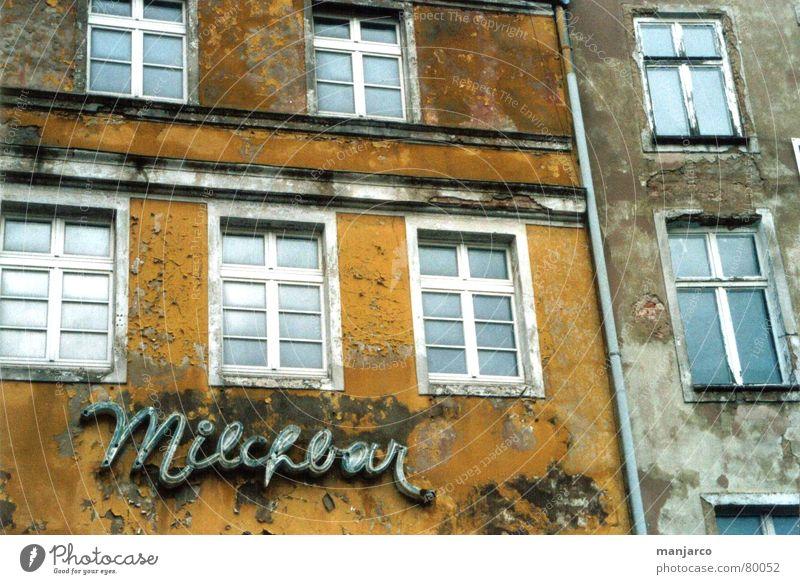 milk-plus mesto alt blau Haus Einsamkeit gelb Fenster grau dreckig Arme geschlossen Gastronomie Café verfallen schäbig kultig Sanieren