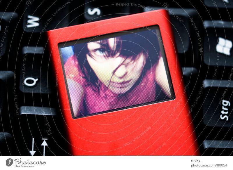 walkman rockt ipod suckt Frau Computer Mädchen rot schwarz Kind Haare & Frisuren Medien Musik Fotografie Nase Buchstaben berühren Bildschirm Radio böse