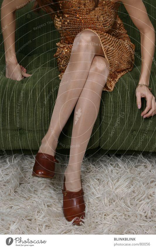 flokati Frau Sofa Teppich Schuhe braun Kleid Knie glänzend Glamour Wohnzimmer Körperhaltung Flokati Abschlussball Anlass Lifestyle Stil schön Bekleidung Beine