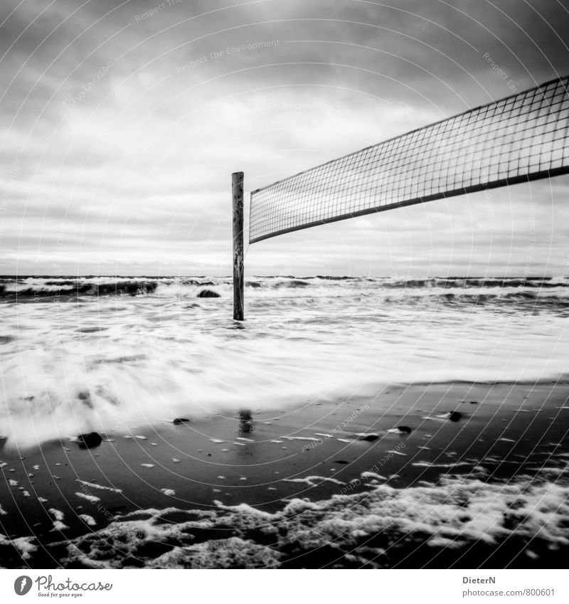 Endspiel Strand Meer Landschaft Sand Wasser Wolken Horizont Wind Sturm Ostsee grau schwarz weiß Kühlungsborn Mecklenburg-Vorpommern Volleyball Netz