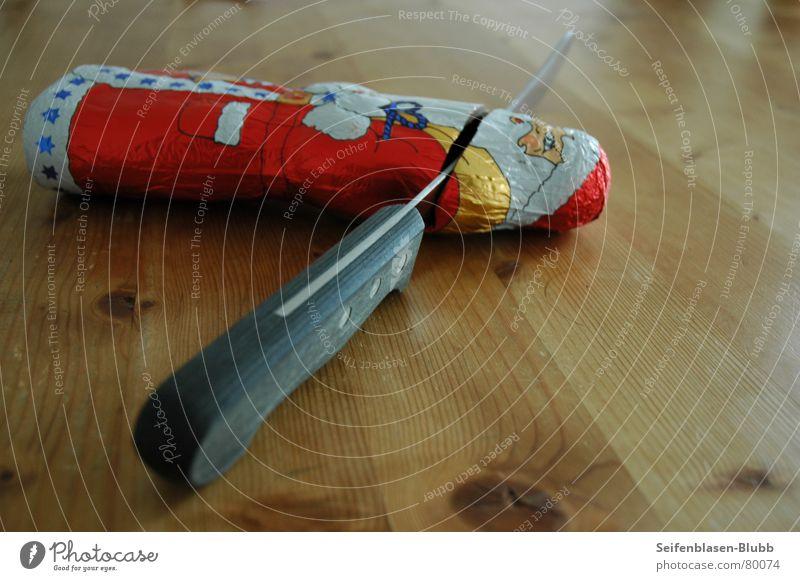Und wer bringt jetzt die Geschenke??? Weihnachtsmann Schokolade Tisch Holz Süßwaren Messer Tod Weihnachten & Advent Anti-Weihnachten