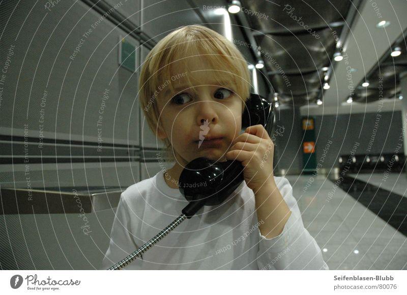 Wie bitte? Eine Million??? Junge Angst süß Flughafen Düsseldorf Panik Kind