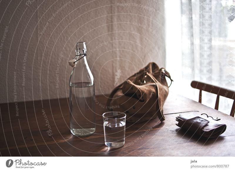 heimkommen Getränk Erfrischungsgetränk Trinkwasser Flasche Glas Stuhl Tisch Tasche Portemonnaie Schlüssel ästhetisch natürlich Geborgenheit Holztisch Farbfoto