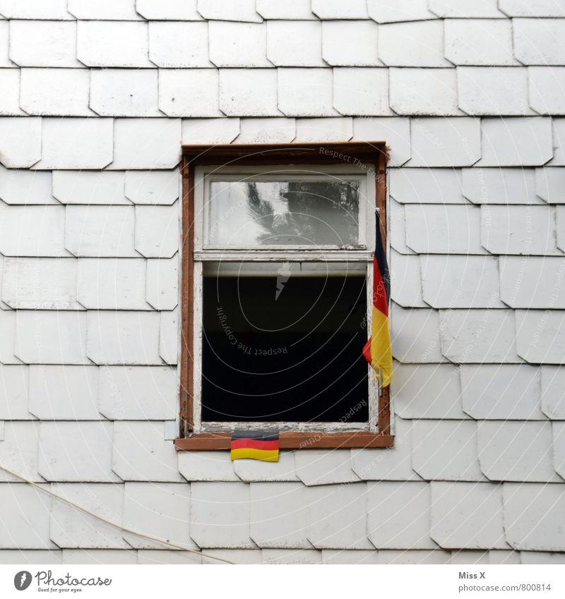 2:0 Häusliches Leben Wohnung Haus Dekoration & Verzierung Sportveranstaltung Menschenleer Mauer Wand Fassade Fenster Fahne Senior Armut Ende Endzeitstimmung