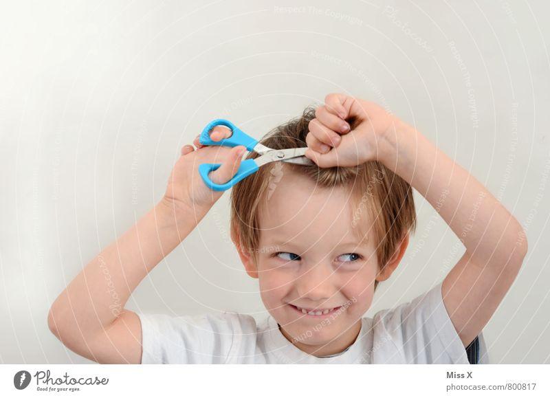 Haar-akiri Mensch Kind schön Freude Gefühle Junge Haare & Frisuren lachen Stimmung maskulin Kindheit blond gefährlich Lächeln Körperpflege Kindergarten