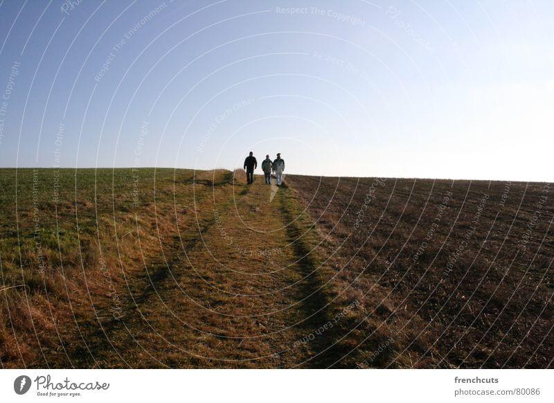 walking away from the sun Mensch Sonne Winter Landschaft wandern laufen Erde 3 Spaziergang Leichtigkeit Kinderspiel