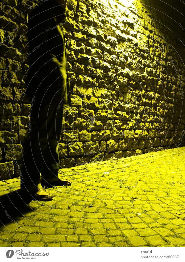 Yellow Night Mann alt Stadt gelb Lampe dunkel Stein Mauer hell gefährlich geheimnisvoll Mannheim Treffpunkt Übergabe