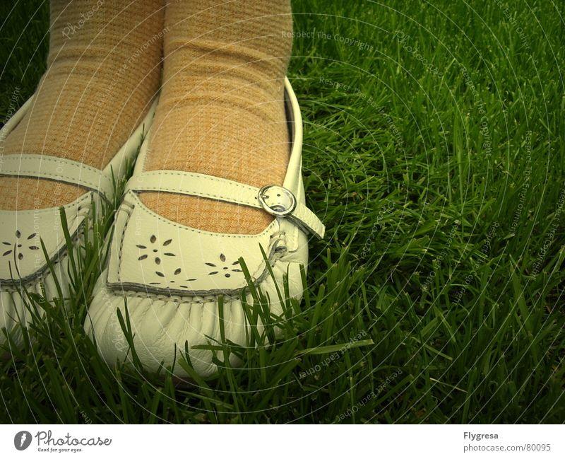 Ich kann zaubern und hab ein Loch im Socken. Strümpfe Fräulein Mokassin Schuhe Gras stehen gelb Wiese Madame Aufenthalt grün Grünfläche Frühling Natur Fuß