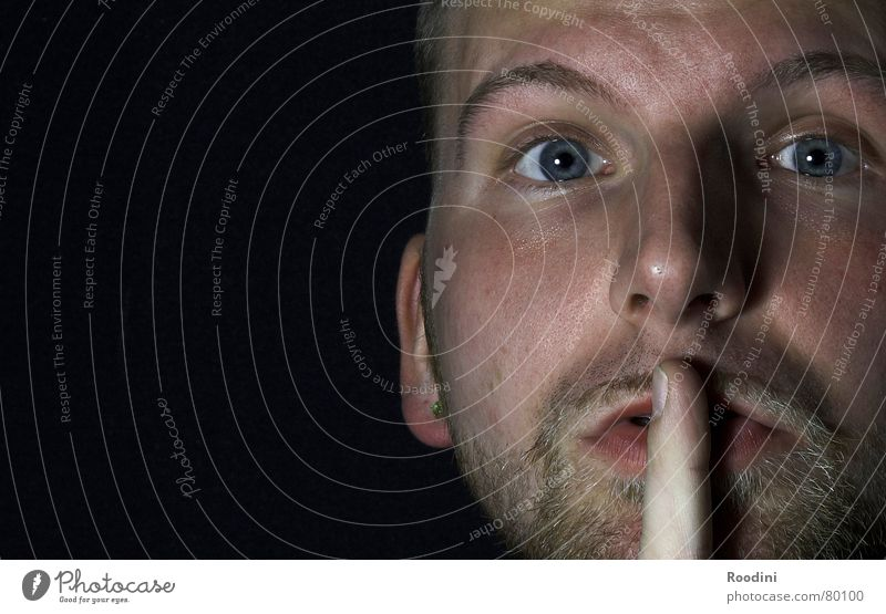 still sein stumm Mann Finger Hand Lippen Porträt ruhig Bart Flüstern sprechen schweigen gefährlich Smiley Aussicht Gesicht aspekt Mensch Auge Mund Nase