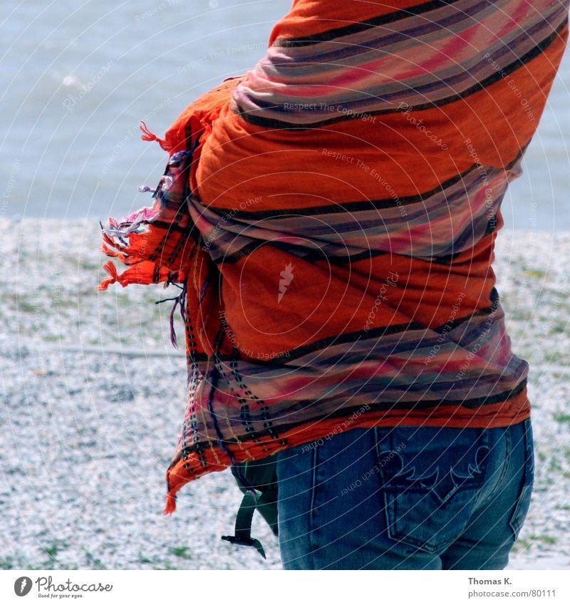 Ein Tag (oder: Am Meer ) Wasser blau rot Sommer Strand Einsamkeit Stein See Wärme Sand Wellen Küste Wind nass Jeanshose