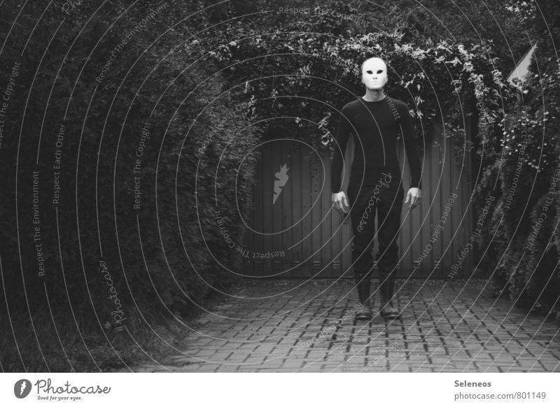 Nightmare before garage Mensch Frau Baum Erwachsene Wand Gefühle Mauer Garten maskulin Fassade Angst Sträucher stehen gruselig Maske Karneval