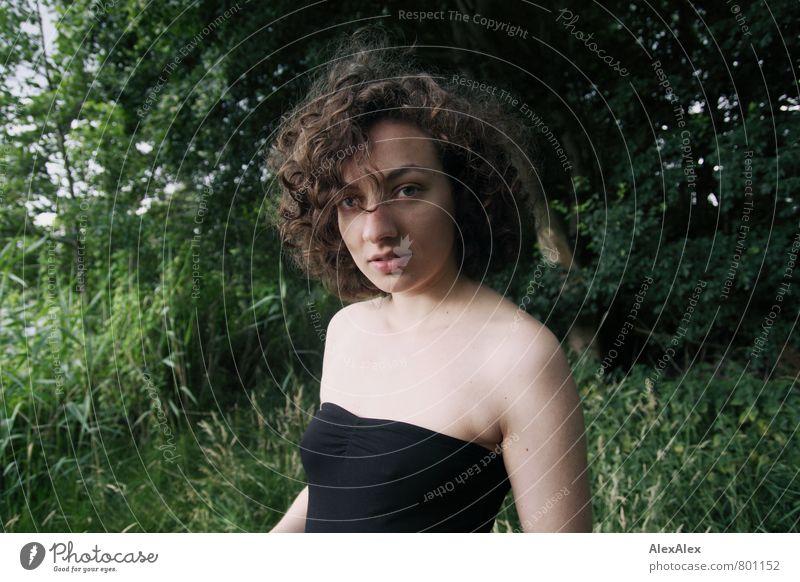 Portrait im Wald am See Ausflug Abenteuer Junge Frau Jugendliche Haare & Frisuren Gesicht Dekolleté 18-30 Jahre Erwachsene Baum Sträucher Topf brünett