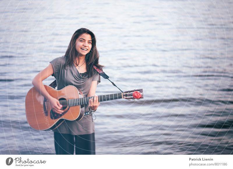 Waves Mensch Frau Jugendliche schön Junge Frau Sonne Erholung Meer ruhig Strand Erwachsene Leben feminin Spielen Stimmung Zufriedenheit