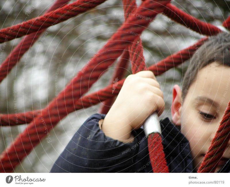 Rope And Glory Kind Hand rot Freude Einsamkeit kalt Spielen Junge grau Metall Kraft maskulin Ausflug Seil Perspektive