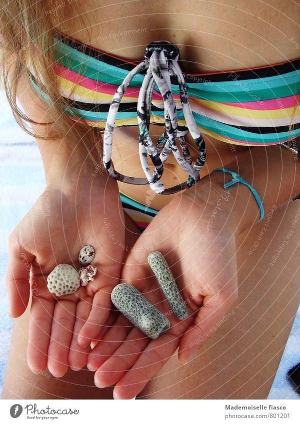 Aus dem Meer Sommerurlaub Strand feminin Junge Frau Jugendliche Haut Hand 1 Mensch 18-30 Jahre Erwachsene Bikini Stein mehrfarbig ästhetisch Zufriedenheit Klima
