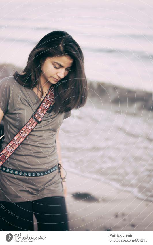 Auf der Suche Mensch Frau Natur Jugendliche schön Junge Frau Erholung ruhig 18-30 Jahre Strand Umwelt Erwachsene Leben Küste feminin Haare & Frisuren