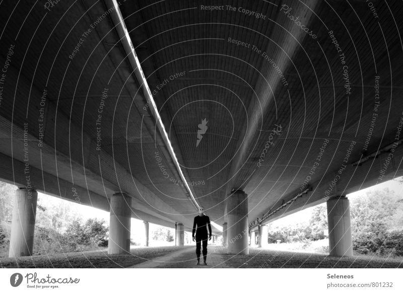 llll Halloween Mensch 1 Stadt Brücke Straße Autobahn Hochstraße stehen dunkel gruselig Gefühle Angst gefährlich Brückenpfeiler Schwarzweißfoto Außenaufnahme Tag