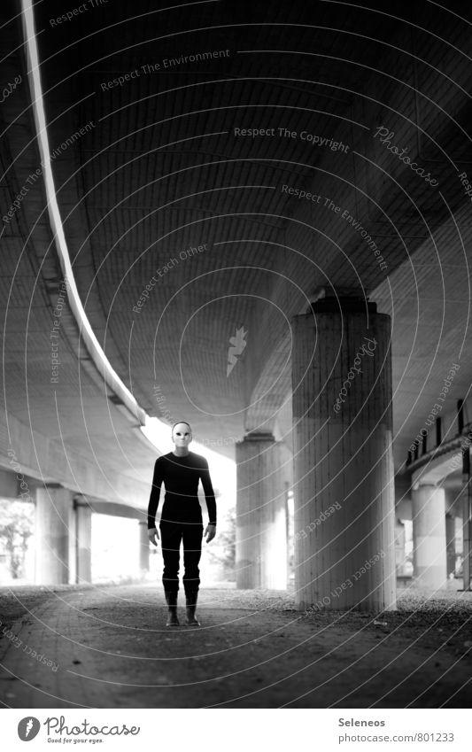 er kommt Mensch maskulin Mann Erwachsene 1 Straße Brücke Maske stehen gruselig Gefühle Angst gefährlich Brückenpfeiler Linie Schwarzweißfoto Außenaufnahme