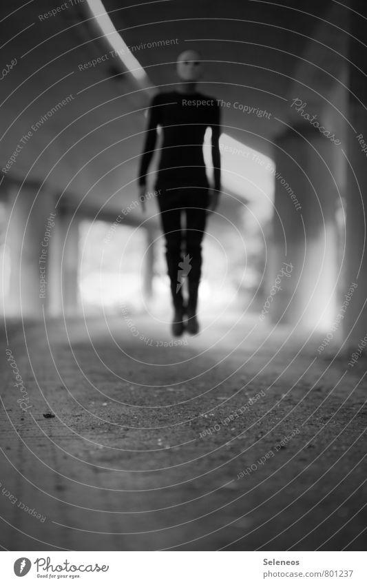l Halloween Mensch maskulin Mann Erwachsene 1 Hochstraße Tunnel Brücke springen gruselig schwarz Angst gefährlich Schwarzweißfoto Außenaufnahme