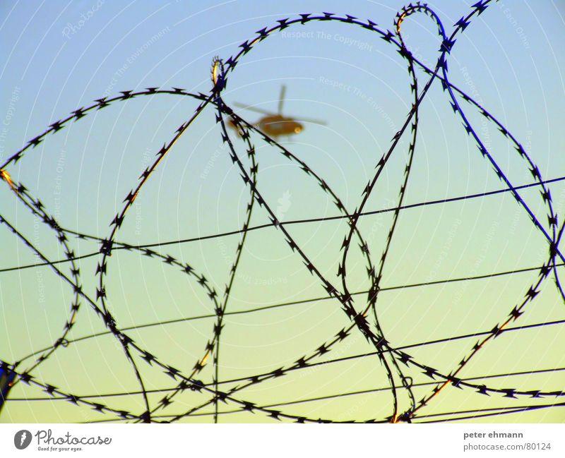Hubschrauber auf dem Drahtseil rotieren Grenze Absicherung Schweben Stacheldraht Zaun Sicherheit Barriere rund Himmel Landeplatz Linie flattern Schutz drehen