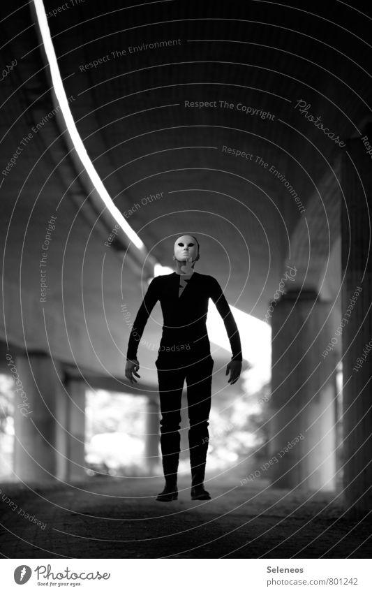 Levitation Mensch Mann Erwachsene Straße Gefühle Kunst fliegen Angst Beton Brücke Bauwerk gruselig Maske Karneval Theaterschauspiel Autobahn