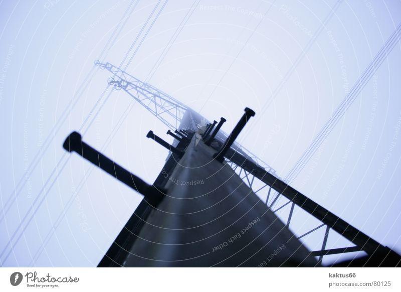 Strommast - bouldern Himmel dunkel hell Nebel groß hoch Industrie Energiewirtschaft Elektrizität trist Technik & Technologie Kommunizieren Kabel Klettern stark