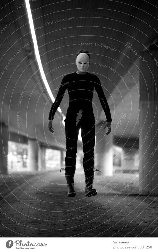 levitate Halloween Mensch maskulin Mann Erwachsene 1 Brücke Tunnel Hochstraße Maske Gummistiefel fliegen gruselig Angst Schweben Schwarzweißfoto Außenaufnahme