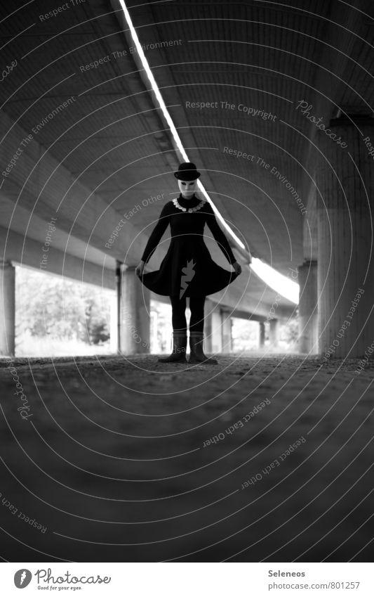 wanna dance? Karneval Halloween Mensch feminin Frau Erwachsene 1 Kleid Hut Tanzen gruselig Angst verstört Maske Maskenball Schwarzweißfoto Außenaufnahme