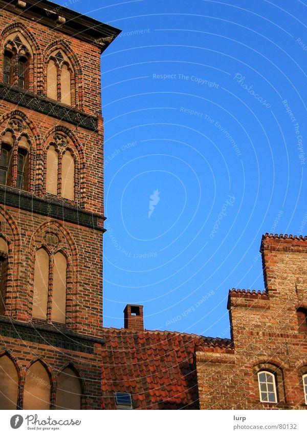 JUNGS, ihr seid die besten Himmel Wand Fenster Architektur Fassade Tor Backstein Vergangenheit Bauwerk historisch Blauer Himmel Lübeck Altbau Altstadt Mittelalter Backsteinwand
