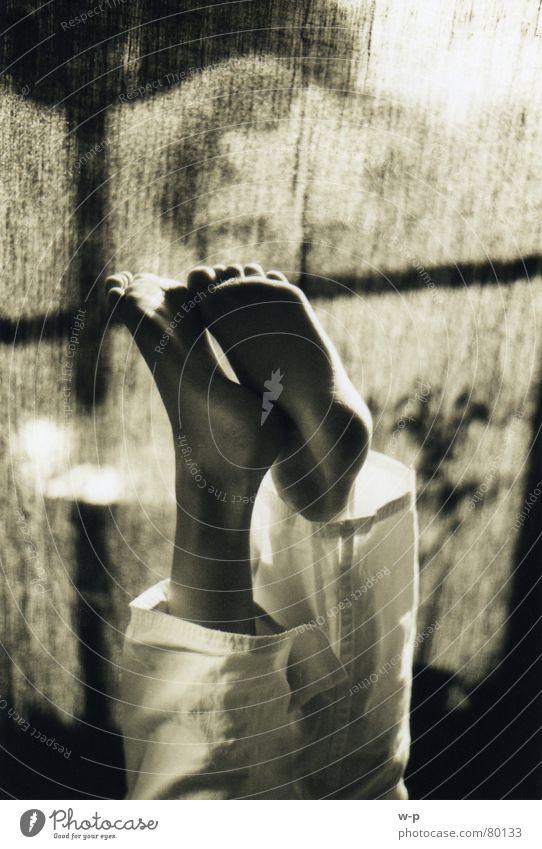 Zeig her deine Füße ... Mensch schön Freude schwarz Fenster dunkel Glück Fuß braun Raum Stern (Symbol) Vorhang Barfuß Zehen Sepia Kopfstand