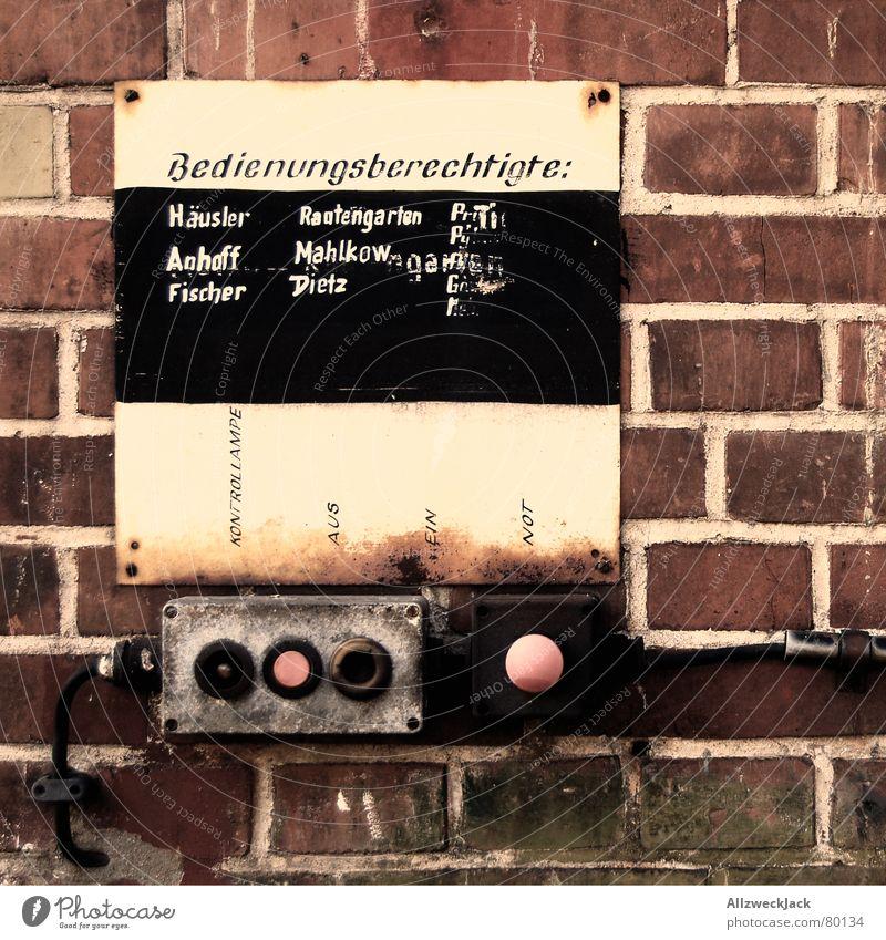 Herr Dietz an den Schalter bitte! aktivieren ausschalten Tafel Schalterleiste Lehm stilllegen Backstein Mauer Knöpfe Wand verfallen Macht Elektrisches Gerät
