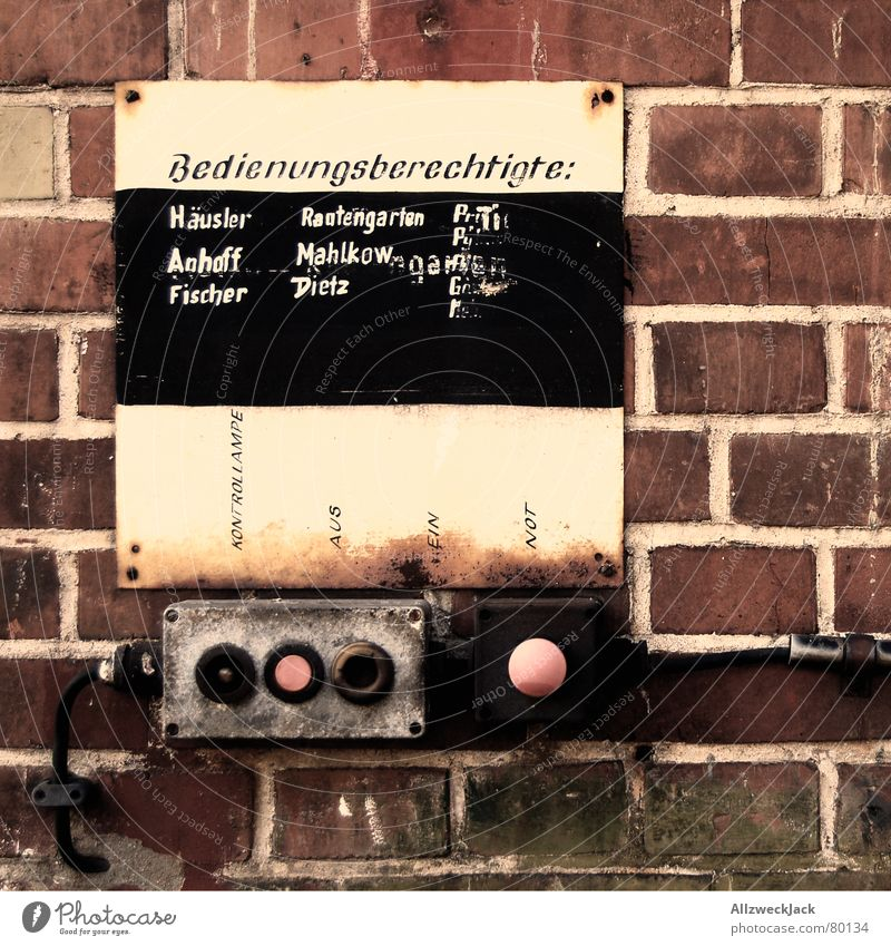 Herr Dietz an den Schalter bitte! Wand Mauer Schilder & Markierungen Macht Technik & Technologie Steuerelemente verfallen Backstein Tafel Knöpfe Kreide Schalter Taste Verantwortung ausschalten aktivieren