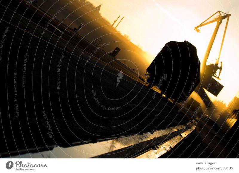 industrial romance #6 Rinnstein Frachtraum Ware Kran Sonnenuntergang Stimmung dunkel Schifffahrt Dock schwarz Abend Anlegestelle Licht Smog Ambiente Gegenlicht