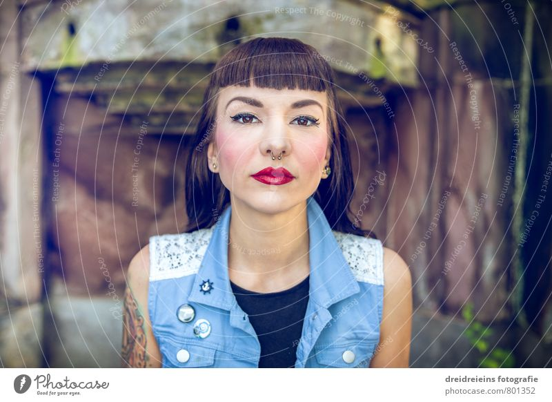 Zentralportrait schön Haut Gesicht feminin Junge Frau Jugendliche Erwachsene 1 Mensch Mauer Wand schwarzhaarig brünett langhaarig Pony Blick Originalität