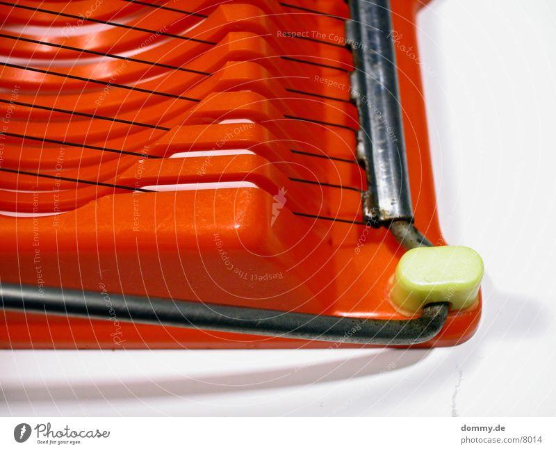 ...das Lieblingspielzeug einer Frau... Eierschneider rot Kleiderbügel obskur Schreider alt drat kaz